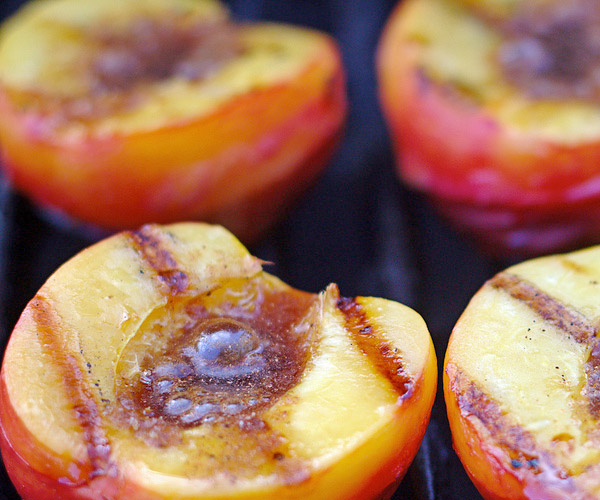 grilled-peaches low calorie desserts